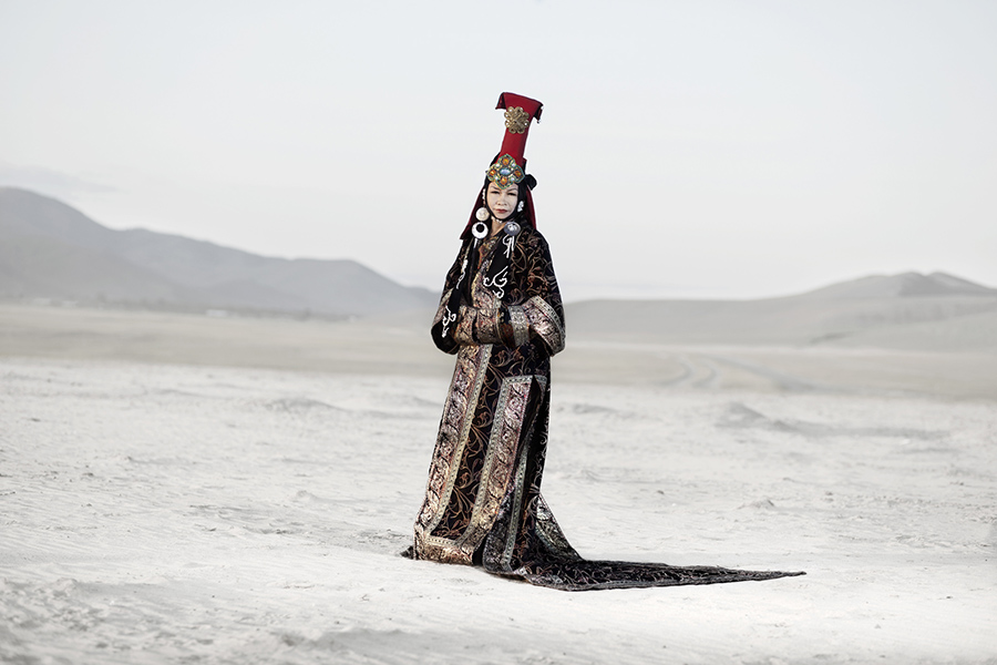 Gambush, 67 years old dressed with a traditional mongolian queen costume. Gambush, de 67 años de edad, vestida con un traje típico de reina mongola.